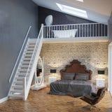 Großer Schlafzimmer-Innenraum mit Treppe und Weinlese-Möbeln Stockfoto