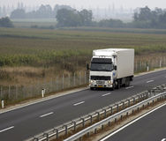 Großer Schlussteil-LKW auf Datenbahn - 2 Lizenzfreies Stockfoto