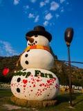 Großer Schneemannstand auf Bauernhof mit blauem Himmel Stockfotografie