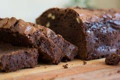 Großer Schokoladenkuchen und seine Scheibe Lizenzfreie Stockbilder