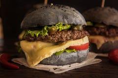 Großer schwarzer Burger Lizenzfreies Stockfoto