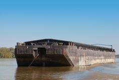 Großer schwarzer Frachtlastkahn wird auf der Donau verankert Lizenzfreie Stockbilder