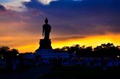 Großer schwarzer stehender Buddha bei Phutthamonthon in Thailand stockfotos