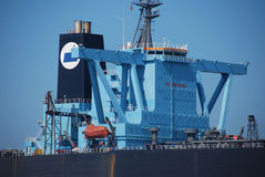 Großer schwarzer Tanker im Singapur-Anchorage. Stockfoto