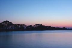 Großer See bei Sonnenuntergang nahe alter Stadt Anuradhapura, Sri Lanka Tr Stockfoto