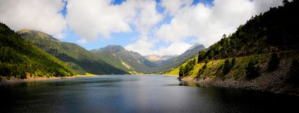 Großer See im Berg Lizenzfreie Stockfotos