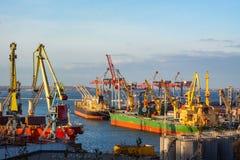 großer Seehafen mit Kränen und Schiffen Stockfotos