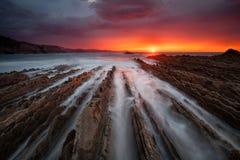Großer Sonnenuntergang über dem Flysch in Itzurun-Strand Stockfotos