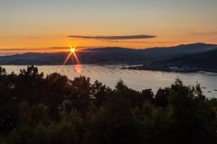 Großer Sonnenuntergang hinter dem Meer lizenzfreies stockfoto