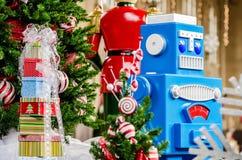 Großer Spielzeugroboter Weihnachtsbaum und Geschenke stockfotografie