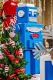 Großer Spielzeugroboter Weihnachtsbaum und Geschenke lizenzfreie stockbilder