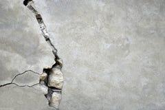 Großer Sprung auf der grauen Wand stockbilder