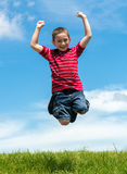 Großer Sprung des Kindes im Park Stockbild