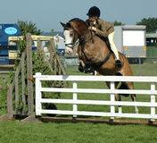Großer Sprung durch Pony und jungen Reiter lizenzfreie stockbilder