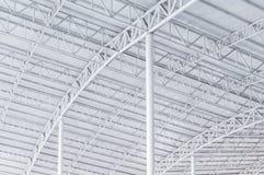 Großer Stahlkonstruktionsbinder, Dachrahmen und Blechtafel im Gebäude Stockbilder