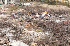 Großer Stapel des Abfalls und des Krams im Flusswasser, welches die Natur mit Sänfte verunreinigt Stockbilder