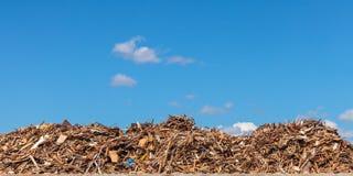 Großer Stapel des Holzes auf einem Abfalldepot Lizenzfreie Stockfotos