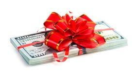 Großer Stapel Dollar mit rotem Bogen Lizenzfreie Stockfotos