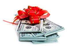 Großer Stapel Dollar mit rotem Bogen Stockfoto