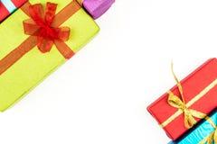Großer Stapel von den bunten eingewickelten Geschenkboxen lokalisiert auf weißem Hintergrund Gebirgsgeschenke Schöner Präsentkart Stockfoto