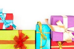Großer Stapel von den bunten eingewickelten Geschenkboxen lokalisiert auf weißem Hintergrund Gebirgsgeschenke Schöner Präsentkart Stockbilder