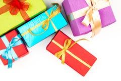 Großer Stapel von den bunten eingewickelten Geschenkboxen lokalisiert auf weißem Hintergrund Gebirgsgeschenke Schöner Präsentkart Stockfotografie