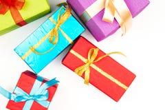 Großer Stapel von den bunten eingewickelten Geschenkboxen lokalisiert auf weißem Hintergrund Gebirgsgeschenke Schöner Präsentkart Lizenzfreies Stockbild