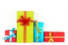 Großer Stapel von den bunten eingewickelten Geschenkboxen lokalisiert auf weißem Hintergrund Gebirgsgeschenke Schöner Präsentkart stockfotos