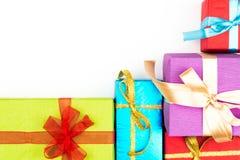 Großer Stapel von den bunten eingewickelten Geschenkboxen lokalisiert auf weißem Hintergrund Gebirgsgeschenke Schöner Präsentkart Lizenzfreie Stockfotos