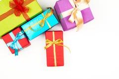 Großer Stapel von den bunten eingewickelten Geschenkboxen lokalisiert auf weißem Hintergrund Gebirgsgeschenke Schöner Präsentkart Lizenzfreies Stockfoto
