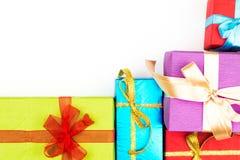 Großer Stapel von den bunten eingewickelten Geschenkboxen lokalisiert auf weißem Hintergrund Gebirgsgeschenke Schöner Präsentkart Lizenzfreie Stockbilder