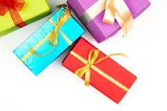 Großer Stapel von den bunten eingewickelten Geschenkboxen lokalisiert auf weißem Hintergrund Gebirgsgeschenke Schöner Präsentkart Stockbild