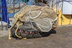 Großer Stapel von den Fischernetzen, die auf dem Kai liegen stockbilder