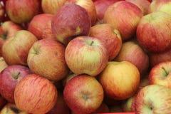 Großer Stapel von roten Äpfeln stockfotos