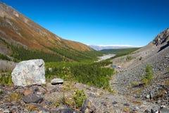Großer Stein, Berge und Himmel. Stockbilder
