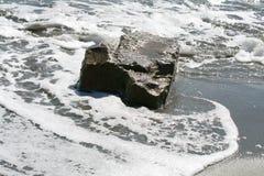 Großer Stein im Meer lizenzfreie stockfotografie