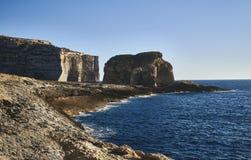 Großer Steinfelsen durch das Meer stockbilder