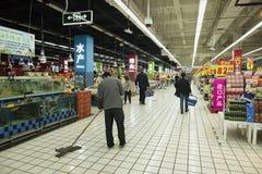 Großer Supermarkt mit Reiniger, Shanghai China lizenzfreies stockfoto