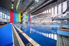 Großer Swimmingpool mit Tribünen Stockfotos