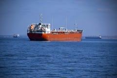 Großer Tanker auf hoher See Stockfotos