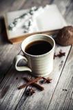 Großer Tasse Kaffee auf hölzernem Hintergrund der Weinlese Frühlingsblumen und -bücher Lizenzfreies Stockfoto