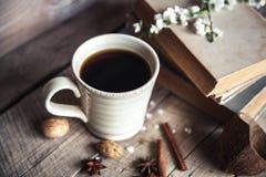 Großer Tasse Kaffee auf hölzernem Hintergrund der Weinlese Frühlingsblumen und -bücher Stockbilder