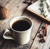 Großer Tasse Kaffee auf hölzernem Hintergrund der Weinlese Frühlingsblumen und -bücher Lizenzfreie Stockfotos