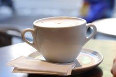 Großer Tasse Kaffee in den Retrostilfarben stockfoto
