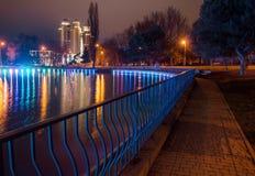 Großer Teich im Park mit Lichtern Lizenzfreie Stockfotos