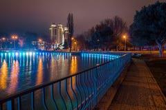 Großer Teich im Park mit Lichtern Stockfotografie
