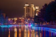 Großer Teich im Park mit Lichtern Stockbilder