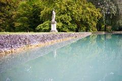 Großer Teich mit azurblauem Wasser im Park des Palastes Hellbrunn herein lizenzfreie stockbilder