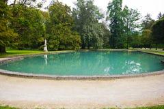 Großer Teich mit azurblauem Wasser im Park des Palastes Hellbrunn herein stockbilder