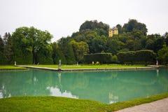Großer Teich mit azurblauem Wasser im Park des Palastes Hellbrunn herein lizenzfreie stockfotografie